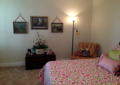 bedroom-pink-floral-decor-artwork-senior-move